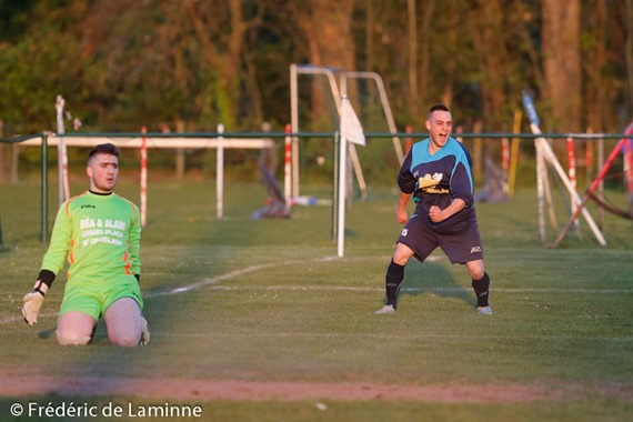 Quentin MEERPOEL (15)  de l'US Solre exprime sa joie après son but alors que Tommy TANNIER (1) GK de la RU St Ghislain Tetre – Hautrage est dépité lors du match de Football P1 Hainaut : Tertre/Hautrage – Solre-sur-Sambre (Solre champion) a Stade Achille Bavier (rue du peuple) le Saturday, April 19, 2014.