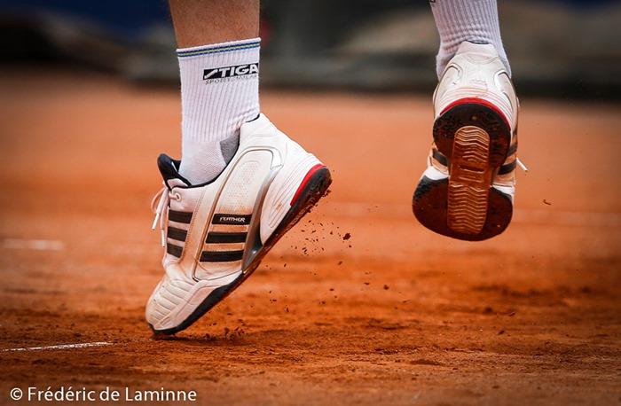 De la terre battue se détache de chaussure d'un joueur au service lors du match de double entre Christophe Rochus - Guy Forget et Björn BORG - Jean-Michel Saive lors du Jaguar Tennis Trophy qui s'est déroulé à Namur (place St Aubain) le 14/06 /2014.
