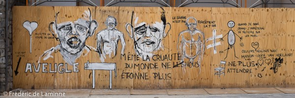 Tag / Graffiti en ville sur une planche de protection d'un chantier.
