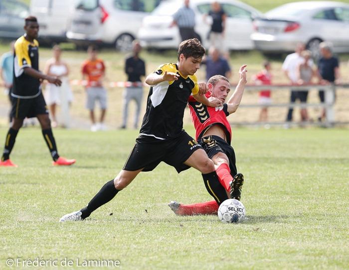 Adrien FRANCOIS (19)  de l' UR Namur et Adrien MOUTHUY (7)  de la SP. Espoir Jemeppe lors du 1er tour de la Coupe de Belgique de Football: Jemeppe - UR Namur qui s'est déroulé à Jemeppe sur Sambre (Complexe sportif) le 27/07/2014.