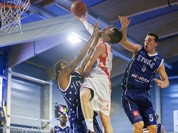 Anthony LAMBOT (4)  du Spirou Charleroi, Valentin CORREIA (5)  de l'Etoile Charleville et Kevin MONDESIR (12)  de l'Etoile Charleville lors du Match amical de basket-ball : Spirou Charleroi-Charlerville Mézières qui s'est déroulé à Couvin (Couvidôme) le 30/08/2014.
