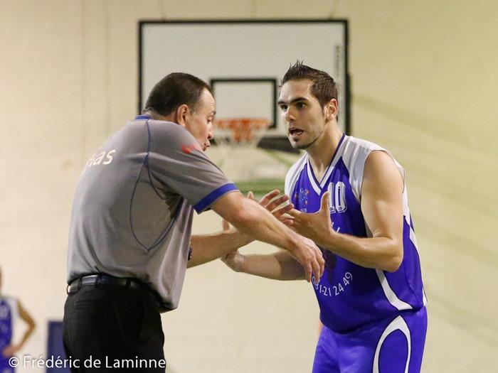 G. DANTINNE (10)  du CSJB Tamines en pleine discussion avec l'arbitre lors du match de Basket P1: Faulx – Tamines qui s'est déroulé à Gesves (complexe sportif) le 13/09/2014.
