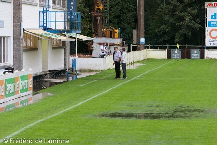 Des membres du staff cinacien observent le terrain inondé à un peu plus d'une heure du coup d'envoi du match Ciney - La Calamine  le 20/09/2014.