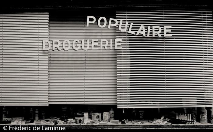 Vitrine de la Droguerie Populaire de Huy (-) le 27/09/2014.