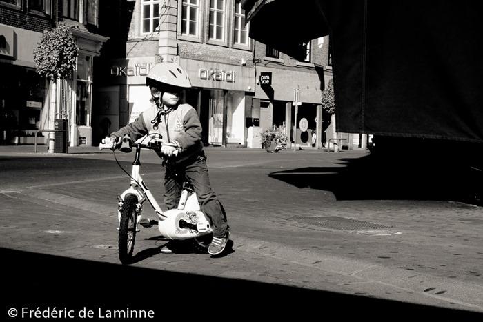 Petit cycliste en balade dans Namur