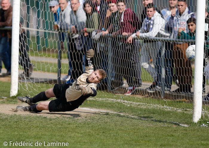 DETRY (1) gk de Rhisnes plonge sur un pénalty pour l'égalisation lors du match de Football Tour final P3 Namur: Rhisnes B-Temploux A a Flawinne (Standard Flawinne FC) le Sunday, April 20, 2014.