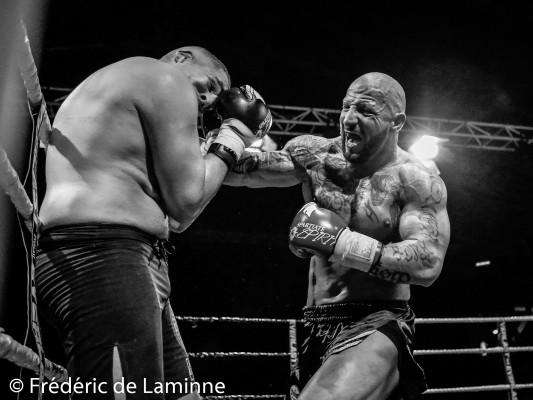 Combat K1 entre Fred SINISTRA (à droite) et Fikri Ameziane lors du gala de Boxe de Charleroi qui s'est déroulé à Charleroi (Spiroudome) le 06/12 /2014.