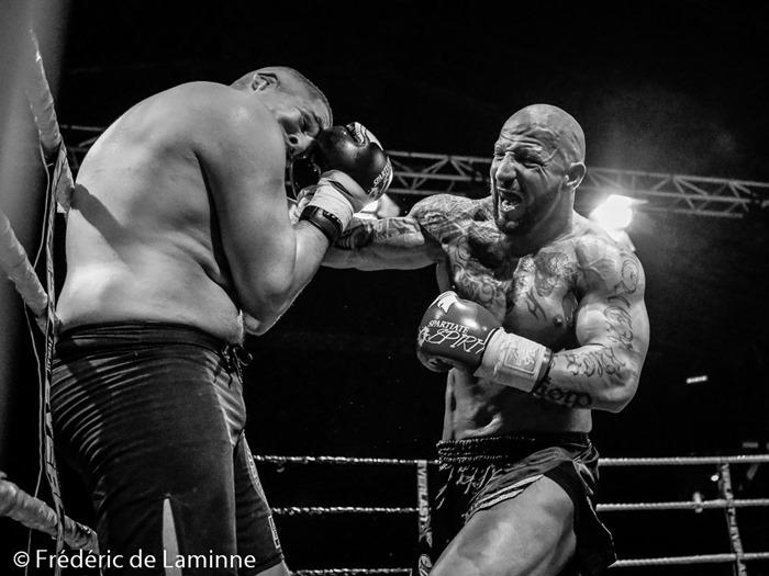 Combat K1 entre Fred SINISTRA gants rouges) et Fikri Ameziane lors du gala de Boxe de Charleroi qui s'est déroulé à Charleroi (Spiroudome) le 06/12 /2014.