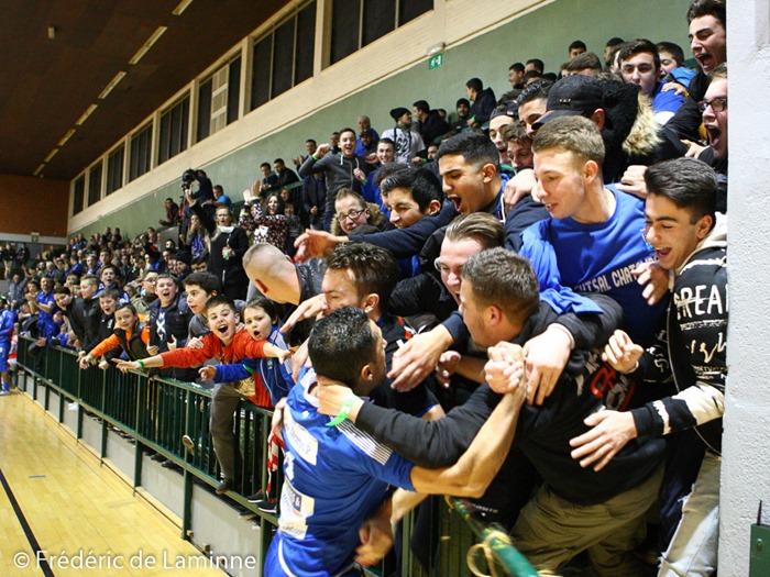 Les supporters Castellinois félicitent un de leur joueurs lors du Match de Futsal Bénécup: Châtelineau – Anvers qui s'est déroulée à Chatelineau (Complexe sportif) le 30/01/2015.
