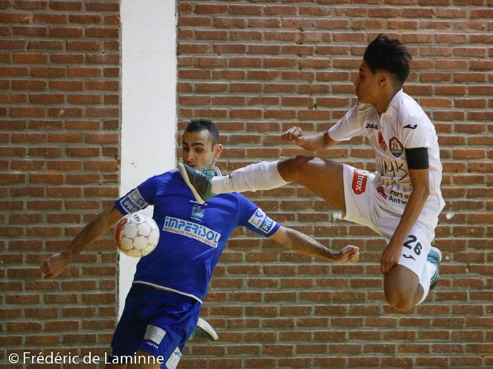 Un joueur anversois prend de la hauteur lors du match de Futsal Bénécup: Châtelineau – Anvers qui s'est déroulée à Chatelineau (Complexe sportif) le 30/01/2015.