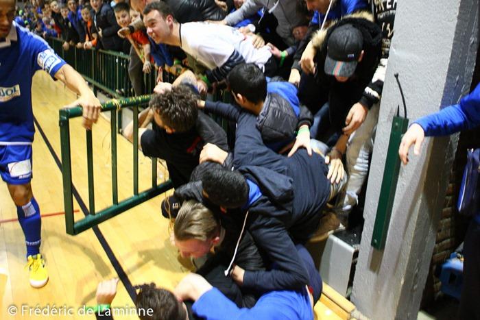 Les supporters Castellinois félicitent un de leur joueurs alors que la barrière cède sous la pression lors du Match de Futsal Bénécup: Châtelineau – Anvers qui s'est déroulée à Chatelineau (Complexe sportif) le 30/01/2015.