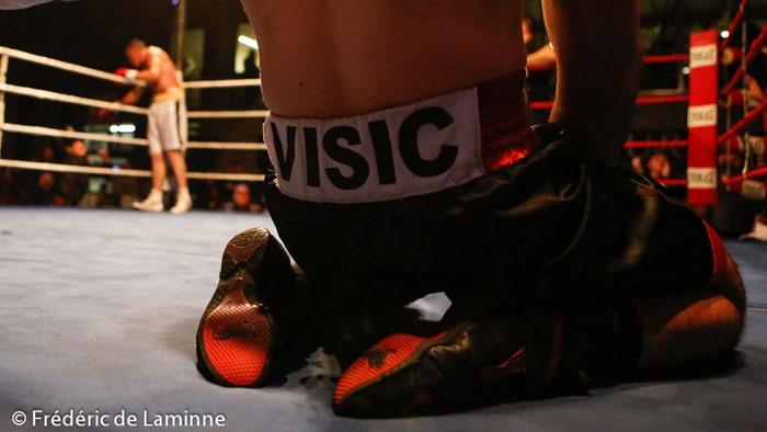 Geoffrey BATELLO (short blanc) l'emporte face à Toni VISIC lors du Gala de Boxe de La Plante 2015 qui s'est déroulé à Namur (Centre sportif de la Plante) le 21/02 /2015.