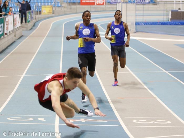 Jordan Paquot chute après la ligne d'arrivée, suivi par les frères Kapenda lors du 200m lors du Championnat de Belgique d'athlétisme Indoor Cadets / Scolaires qui s'est déroulée à Gent (Topsporthal) le 08/03/2015.