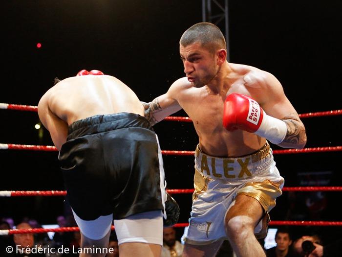 combat entre Alex Miskirtchian (short blanc et or) et Escobar  lors du Gala de Boxe  qui s'est déroulé à Charleroi (Spriroudome) le 14/03 /2015.