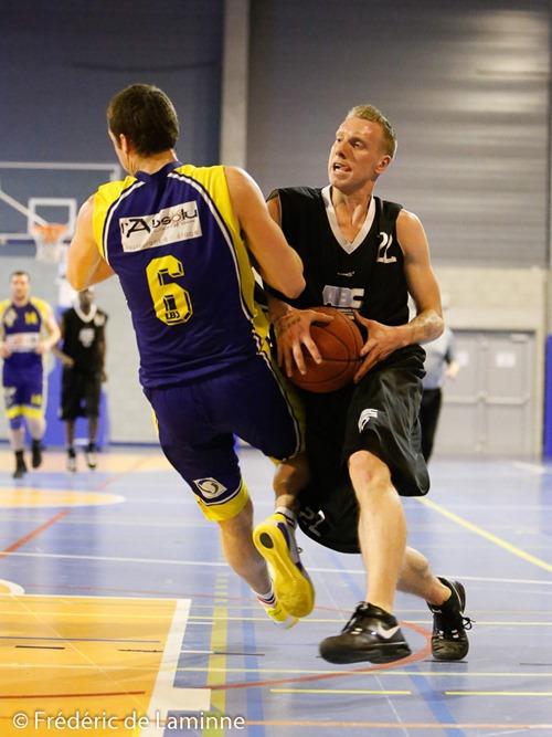 Vandermuntert Kevin (22)  d'ABC Bruxelles pousse G. FIEVET (6)  de la RUS Mariembourg lors du match de Basket-ball R1: Mariembourg – ABC Bruxelles qui s'est déroulé à Couvin (Couvidome) le 21/03 /2015.