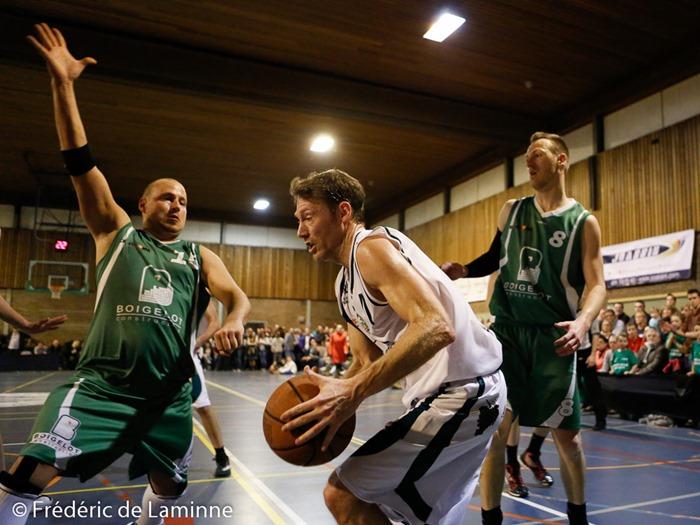 J. THIMISTER (15)  du BC Malonne tente de bloquer un Belgradois lors du match de Basket Coupe de la Province Hommes: Belgrade-Malonne qui s'est déroulé à Malonne (Champ Ha) le 04/04 /2015.