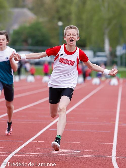 Thomas Florkin laisse exploser sa joie sur la ligne d'arrivée du 80m minimes lors du Festival Sprint Maryline Troonen qui s'est déroulé à Andenne (Andenne Arena) le 25/04 /2015.