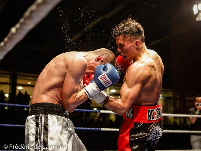 Ilias Achergui mets une gauche à Medhi Lacombe lors du Gala de boxe d'Andenne qui s'est déroulé à Andenne (Andenne Arena) le 25/04 /2015.