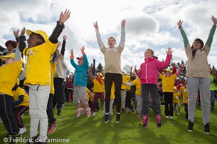 Petit échauffement lors des Olympiades des écoles communales de Namur qui s'est déroulé à Jambes (Stade Adeps) le 19/05 /2015.