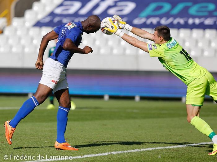 KAMBA KALONGA (10) du RUW Ciney au duel avec le gardien Brugeois lors du 4ème tour de la Croky Cup: Cercle de Bruges – RUW Ciney qui s'est déroulé à Brugge (Jan Breydel Stadion) le 16/08 /2015.