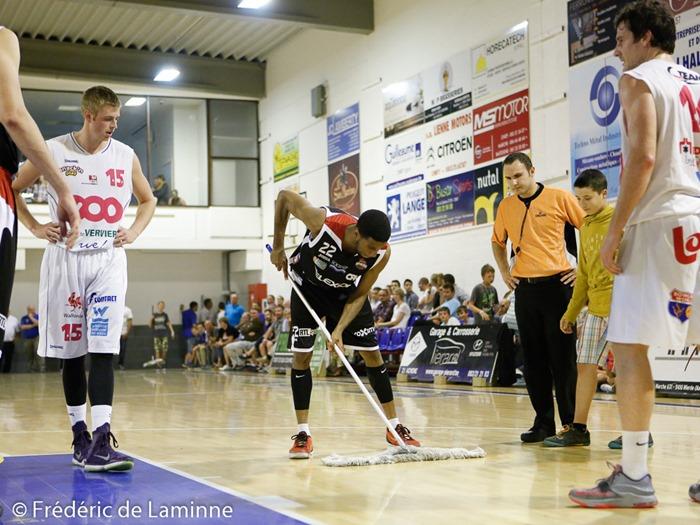On n'est jamais aussi bien servi que par soi même. Un joueur Carolo passe la serpillère lui même lors du Match Amical Spirou Charleroi - Verviers Pepinster qui s'est déroulé à RBC (Ciney) le 28/08 /2015.