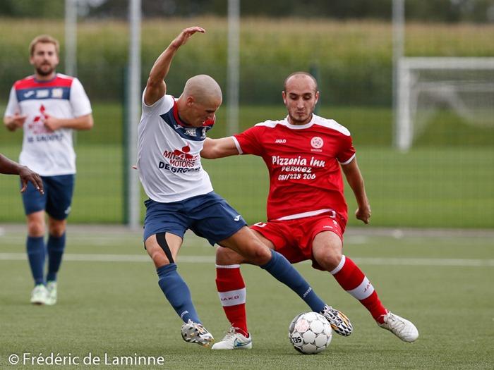 Thibaut DELPLANK (10) du CS Onhaye et L. BONOMINI (20) de la Jeunesse Aischoise lors du Match de Football P1: Onhaye – Aische qui s'est déroulé à Onhaye (R. du Forbot) le 06/09/2015.