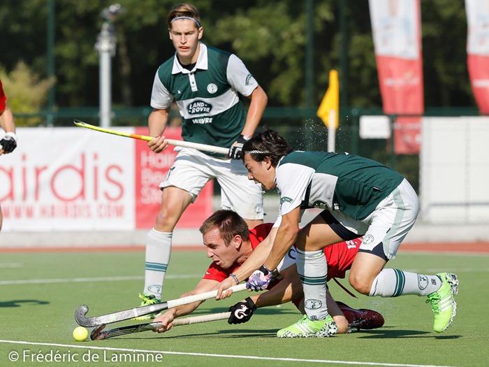 Bastien Weicker, capitaine du Hockey Namur plonge sur la balle lors du match de Hockey N1 Namur - Lara qui s'est déroulé à Waterloo (Watducks) le 04/10 /2015.
