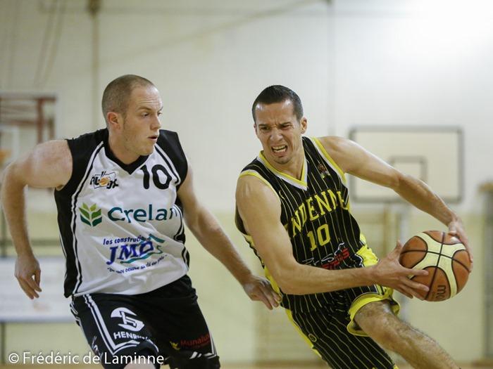 S. DEHENEFFE (10) du RBB Gembloux et B. COLLIN (10) d'Andenne Basket lors du Match de Basket-ball R1: Gembloux – Andenne qui s'est déroulé à Gembloux (Chapelle Dieu) le 17/10 /2015.