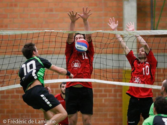 H. HUVELLE (12) du RNV Namur et JM. BILLARD (10) du RNV Namur sautent pour un bloc lors du Match reserve Volley-ball Namur (RNV) - Ciney qui s'est déroulé à Namur (Salle Saint-Louis) le 24/10 /2015.