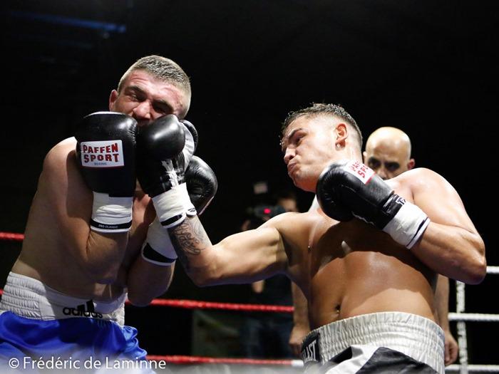 Angelo Turco (à droite) envoie une droite à Cristian Niculae lors du Gala de Boxe de La Plante qui s'est déroulé à La Plante (hall sportif) le 14/11/2015.