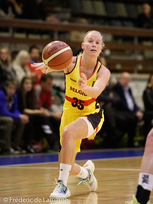 20151120 - Namur, Belgium : Belgium's Julie VAN LOO (#35) pass the ball during the friendly basket-ball game between Belgium and Finland in preparation of the qualifications for the Euro 2017.