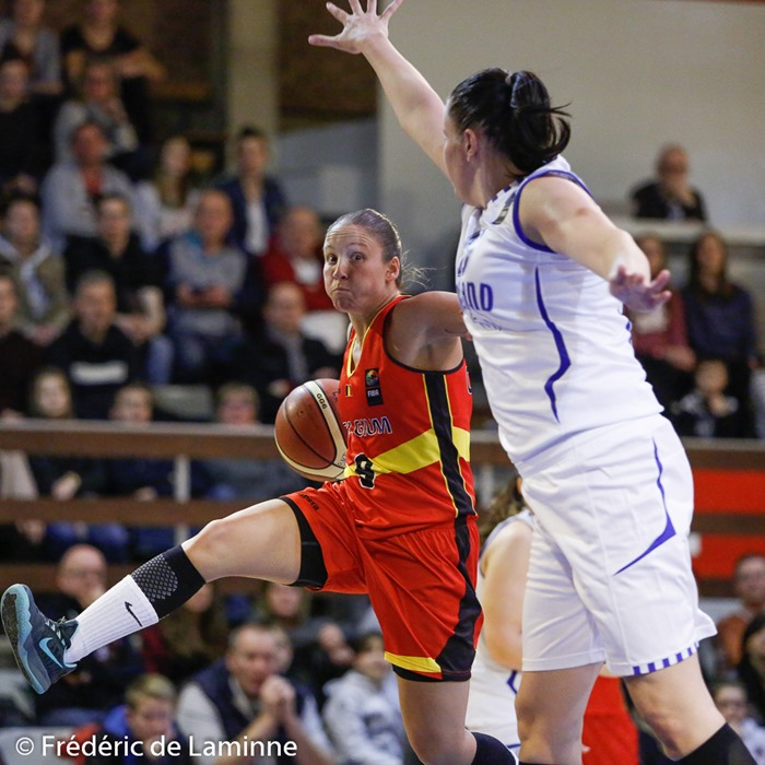 20151121 - Namur, Belgium : Finland's Minna STEN (#15) attempts to block Belgium's Marjorie CARPRÉAUX (#9) during the Friendly basket-ball game between Belgium and Finland in preparation of the qualifications for the Euro 2017.