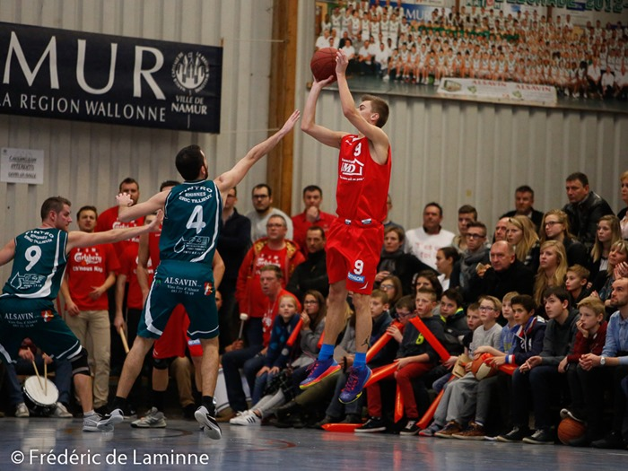 B. GUILLAUME (9)  du BC Loyers et Selim BECA (4)  du New BC Alsavin Belgrade lors du Match de Basket-ball D3: Belgrade – Loyers qui s'est déroulé à Namur (rue des Tautis) le 13/12 /2015.