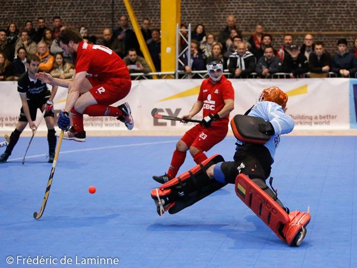 Nicolas VANDIEST (#12)  du RHCN saute pour éviter la balle lors de la Finale du championnat de hockey en salle Racing – Namur qui s'est déroulée à Court St Etienne (Parc à mitrailles) le 31/01/2016.