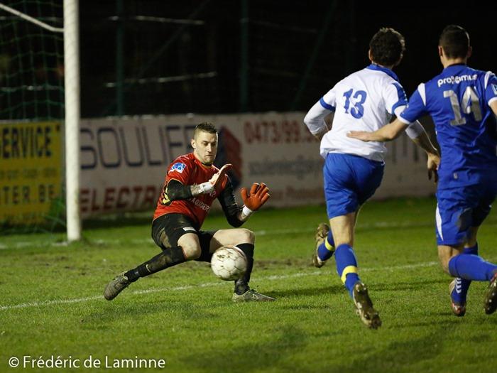 Vincent EUGENE (1)  du RES Couvin Mariembourg face à Antoine RICHIR (13)  de la RUS Loyers pour le 2-1 lors du Match de Football Promotion D:  Couvin-Mariembourg – Loyers qui s'est déroulé à Mariembourg (Stade Roi Soleil) le 06/02/2016.