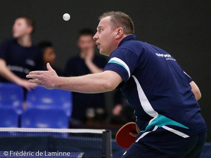 Frédéric SONNET (Vedrinamur, en noir) contre Damien DELOBBE (EBS, en bleu) lors du Match de Tennis de table superdivision: Vedrinamur – EBS qui s'est déroulé à Bouge (Vedrinamur) le 18/03/2016.