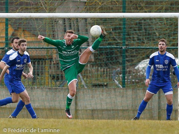 J. MARION (9)  du Condruzien controle la balle lors du Match de FootballP1 : Condruzien – Nismes qui s'est déroulé à Hamois (plaine de Hubine) le 20/03/2016.