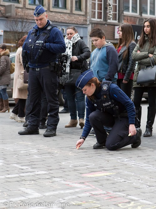 Namur, Belgium. 25 Mar, 2016. A police officer draws with chalk during the Tribute to the victims of March 22nd terrorist attacks on Brussels in Namur, Belgium. © Frédéric de Laminne/Alamy Live News