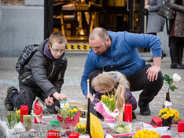 Namur, Belgium. 25 Mar, 2016. A boy and a young girl leave a message during the Tribute to the victims of March 22nd terrorist attacks on Brussels in Namur, Belgium. © Frédéric de Laminne/Alamy Live News