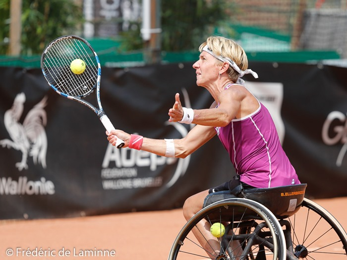 Namur, Belgium. 24 Jul, 2016. Sabine Ellerbrock makes a drop shot during the Womens final of the Belgian Open between Aniek Van Koot (NED, in black) and Sabine Ellerbrock (GER) that took place in Namur, Belgium. © Frédéric de Laminne/Alamy Live News