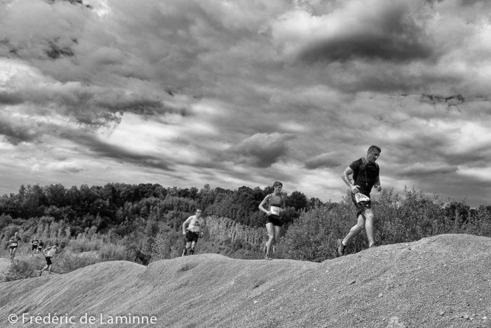 Des coureurs sur une crête lors du Trail des cenosillicaphobes qui s'est déroulé à Evrehailles (-) le 30/07/2016.
