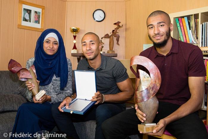 Portrait de la soeur et des frères de Nafi Thiam (Fama, Issa, Ibrahima) avec quelques trophées de Nafi. Rhisnes (-) le 15/08/2016. Photo : Frédéric de Laminne