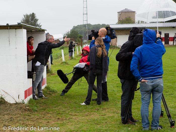 Léo Van Der Elst entouré d'une équipe de tournage lors du match de Football P4 : Pessoux - Miecret (Héros du Gazon saison 2) qui s'est déroulé à Pessoux (-) le 21/08/2016. Photo : Frédéric de Laminne