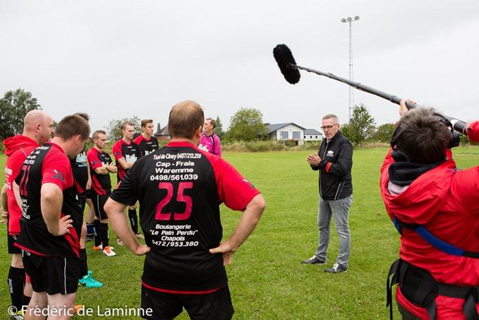 Léo Van Der Elst fait le debriefing de la rencontre à la fin du match de Football P4 : Pessoux - Miecret (Héros du Gazon saison 2) qui s'est déroulé à Pessoux (-) le 21/08/2016. Photo : Frédéric de Laminne