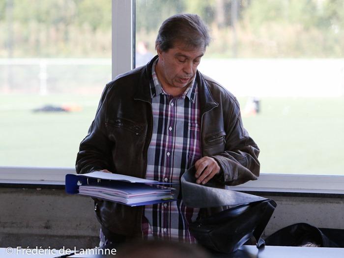 José Lardot, président de la RUW Ciney remballe ses affaires lors de la réunion de crise du comité des Jeunes de la RUW Ciney qui s'est déroulée à Ciney (Stade Tillieux) le 03/10/2016. Photo : Frédéric de Laminne