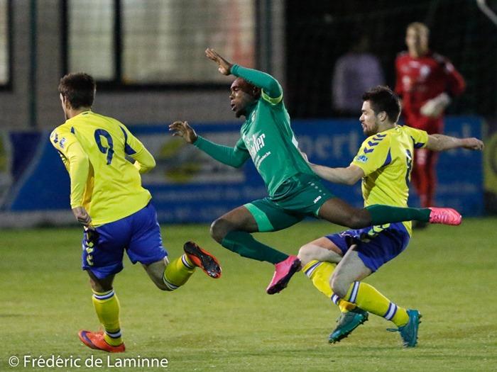Dasu Giresse MWEMWE (10) capitaine du RFC Meux s'envole lors du Match de Football D2 Couvin - Meux qui s'est déroulé à Mariembourg (Stade du Roi Soleil) le 08/10/2016.
