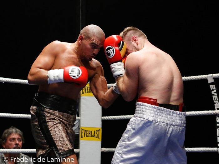 Imad Azaroui (short brun, Agent Vanackère) vq aux pts de Ivo Gogosevic (70,8 Kg, Croatie) lors du Gala de Boxe d'Andenne: Back in his land qui s'est déroulé à Andenne (Andenne Arena) le 29/10/2016.