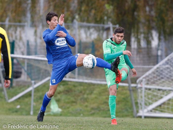 Antoine RICHIR (13) de la RUS Loyers et Q. LISMAN (16) du RFC Meux B lors du Match de Football P1 J15: RUS Loyers – RFC Meux B qui s'est déroulé à Loyers (Comognes) le 06/11/2016.