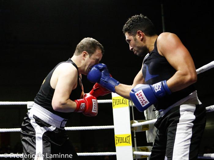 Maxime Duvivier (gants rouges) - I. El Ghaj (gants bleus) lors de la Fête de la Boxe – La Plante qui se s'est déroulée à Namur (Hall Sportif de La Plante) le 12/11/2016. Photo : Frédéric de Laminne