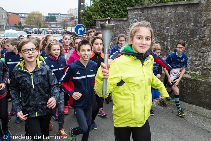 Des membres de l'ARCH et du club de rugby se sont relayés pour porter la torche et traverser la ville de Ciney avant d'arriver sur le site de Rebompré ou se déroule la cérémonie d'inauguration de la nouvelle piste d'Athlétisme de l'ARCH. Ciney (Rebompré) le 26/11/2016.